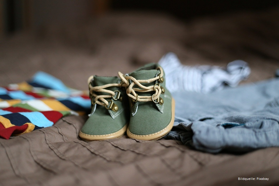 babyschuhe laufen lernen gruene schuhe auf decke