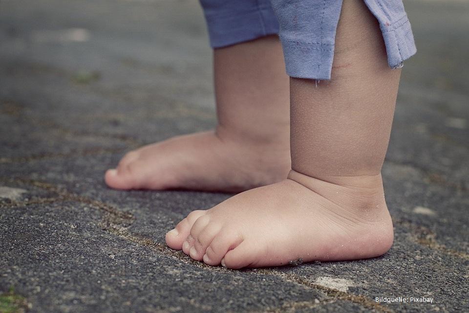barfuß laufen lernen barfuß auf dem asphalt kleinkind lernt laufen