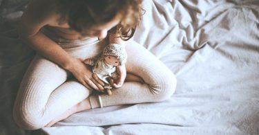 Kind mit Puppe